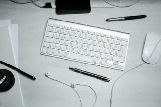 tastiera del computer, smartphone e altri gadget tecnologici per preparare gli ebook